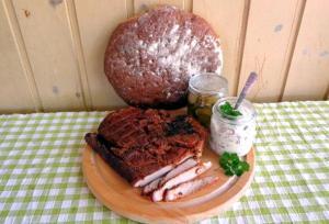 Rökt flintastek upplagt på rund skärbräda med burk med coleslaw i burk bredvid.