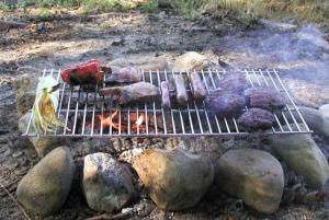 Stort grillgaller som är stadigt att lägga över en öppen eld. Rektangulärt.