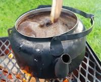 koka kaffe ute över eld.
